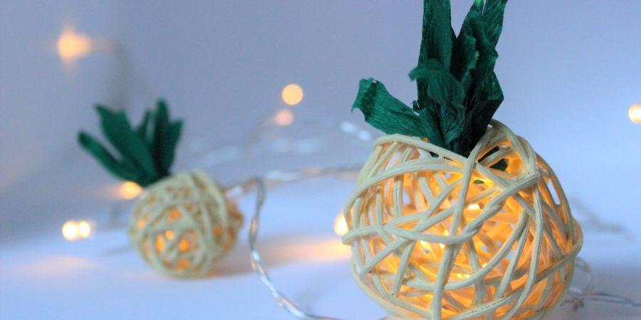 Gebastelte Ananas Lichterekette aus Krepppapier und Dekokugeln.