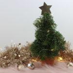 Kleiner Weihnachtsbaum aus Tannenzweigen in einem Terracotta Topf.